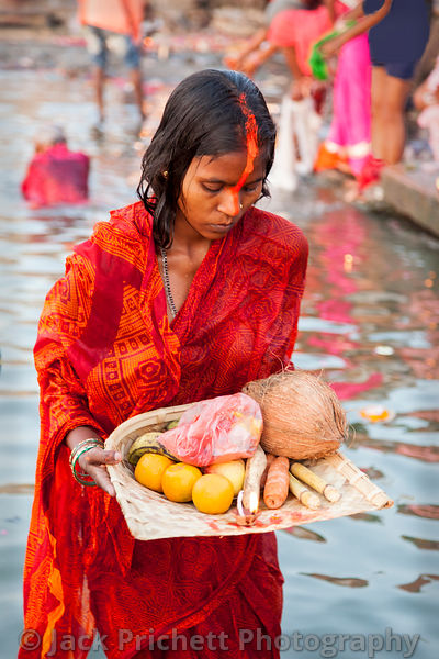 Women with religious offering at Ganges