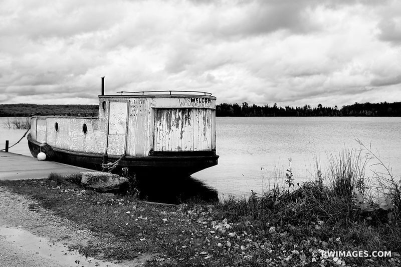 WELCOME TO WASHINGTON ISLAND OLD FISHING BOAT JACKSON HARBOR WASHINGTON ISLAND DOOR COUNTY WISCONSIN BLACK AND WHITE