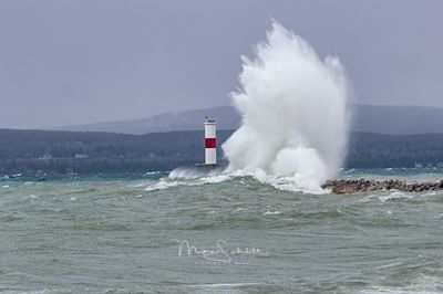 Petoskey_waves_at_Lighthouse_L1000925