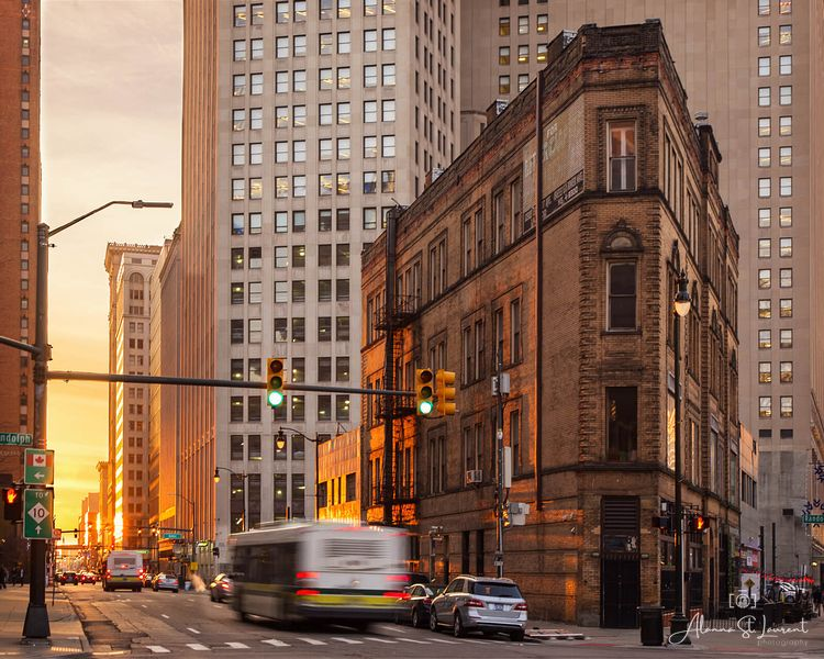 Flatiron_Building_with_Bus_Sunset