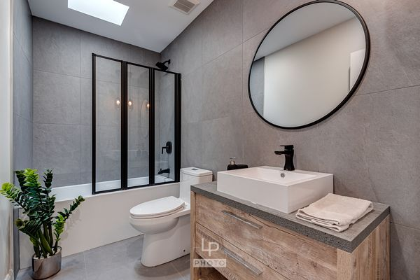 Modern moody design bathroom