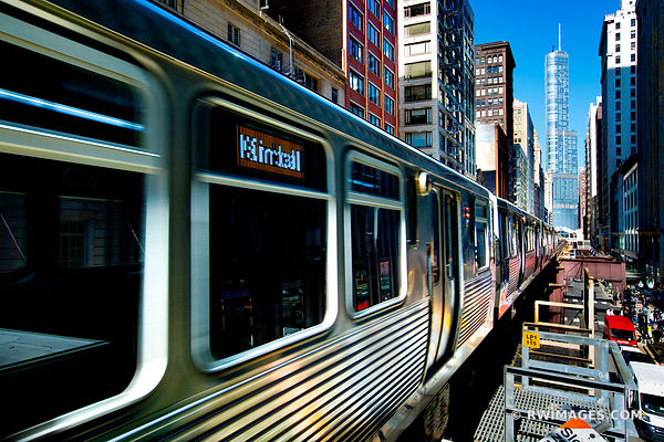 EL TRAIN IN MOTION DOWNTOWN CHICAGO ILLINOIS