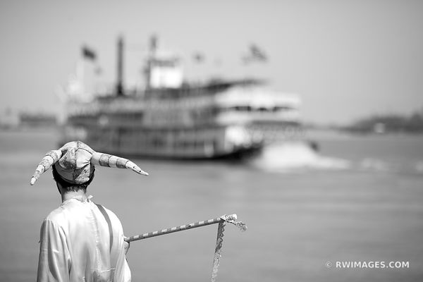 STREET PERFORMER WATCHING NATCHEZ STEAMBOAT MISSISSIPPI RIVER NEW ORLEANS LOUISIANA BLACK AND WHITE